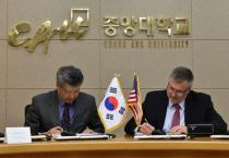 Christopher Contag signed an agreement in Seoul on June 5 to exchange graduate students and research with Chung-Ang University.